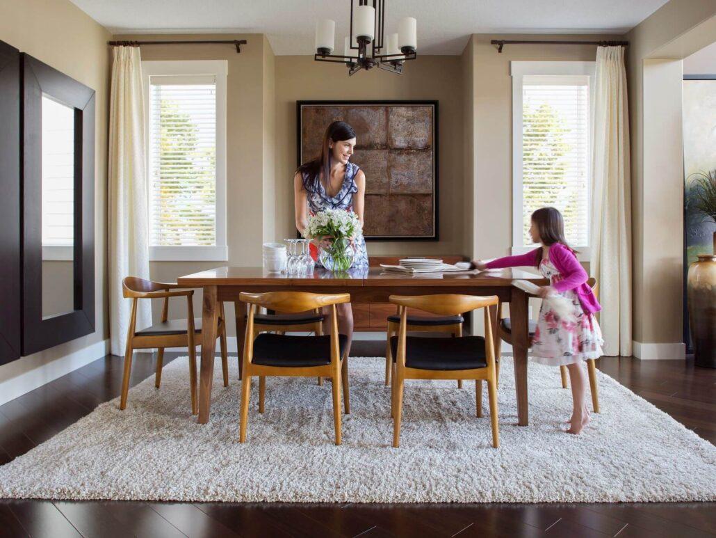 کمک خواستن از نزدیکان چیدمان میز ناهارخوری در منزل